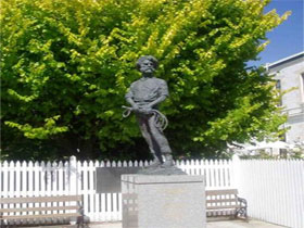 Alexander Cameron Statue - Find Attractions